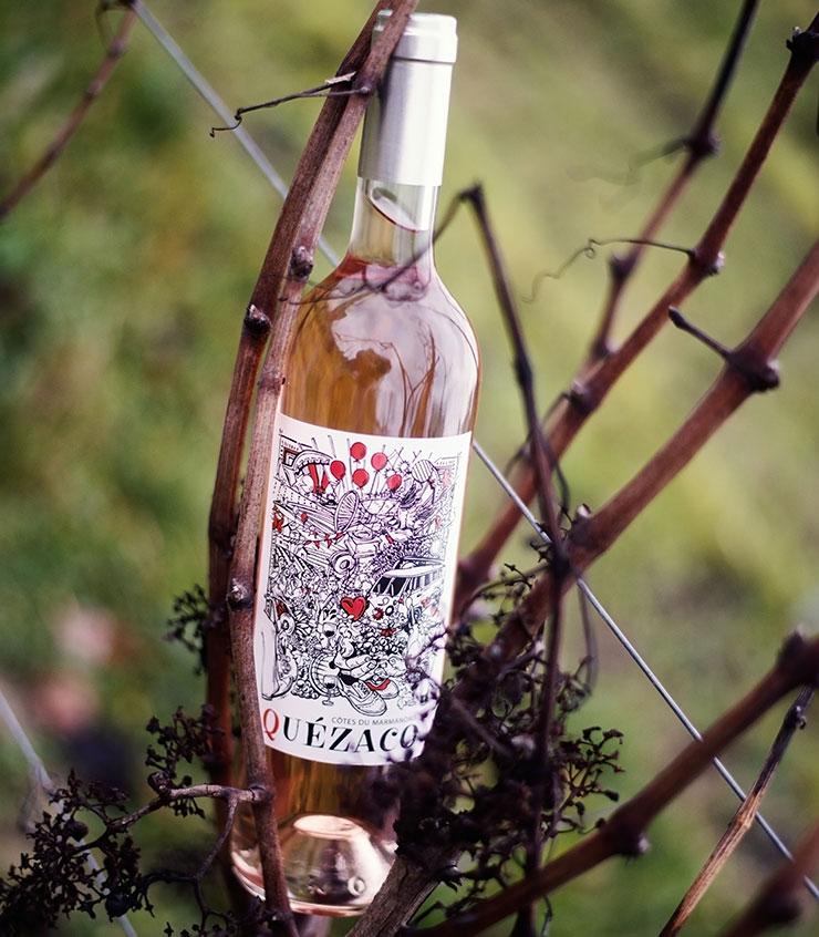 bouteille de quezaco dans les vignes