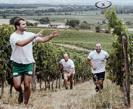 """""""La cave coopérative est très présente auprès des clubs sportifs de la région. Le sport m'a donné cet état d'esprit : être motivé et aller de l'avant."""" - Pierre Jean (à gauche)"""