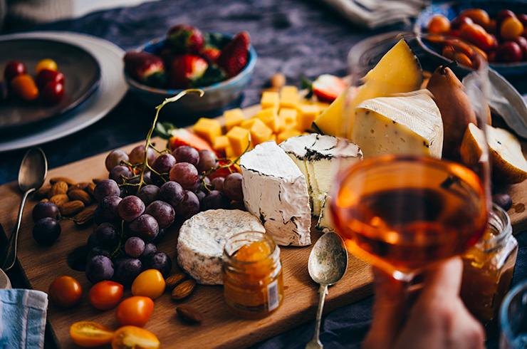 Optez pour un apéritif de Saint-Valentin avec un vin rosé frais et élégant, à déguster sur des tapas