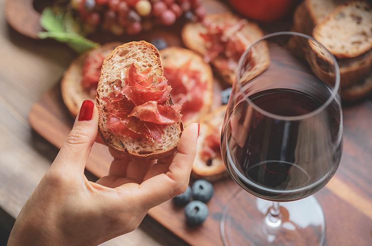 Pour un repas de Saint-Valentin traditionnel, choisissez un vin rouge rond aux notes de fruits rouges !
