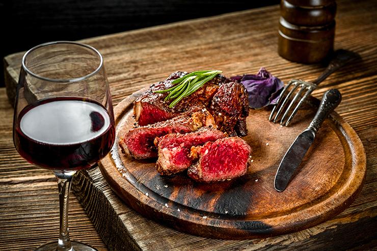 Privilégiez un bon vin rouge pour accompagner vos viandes rouges !